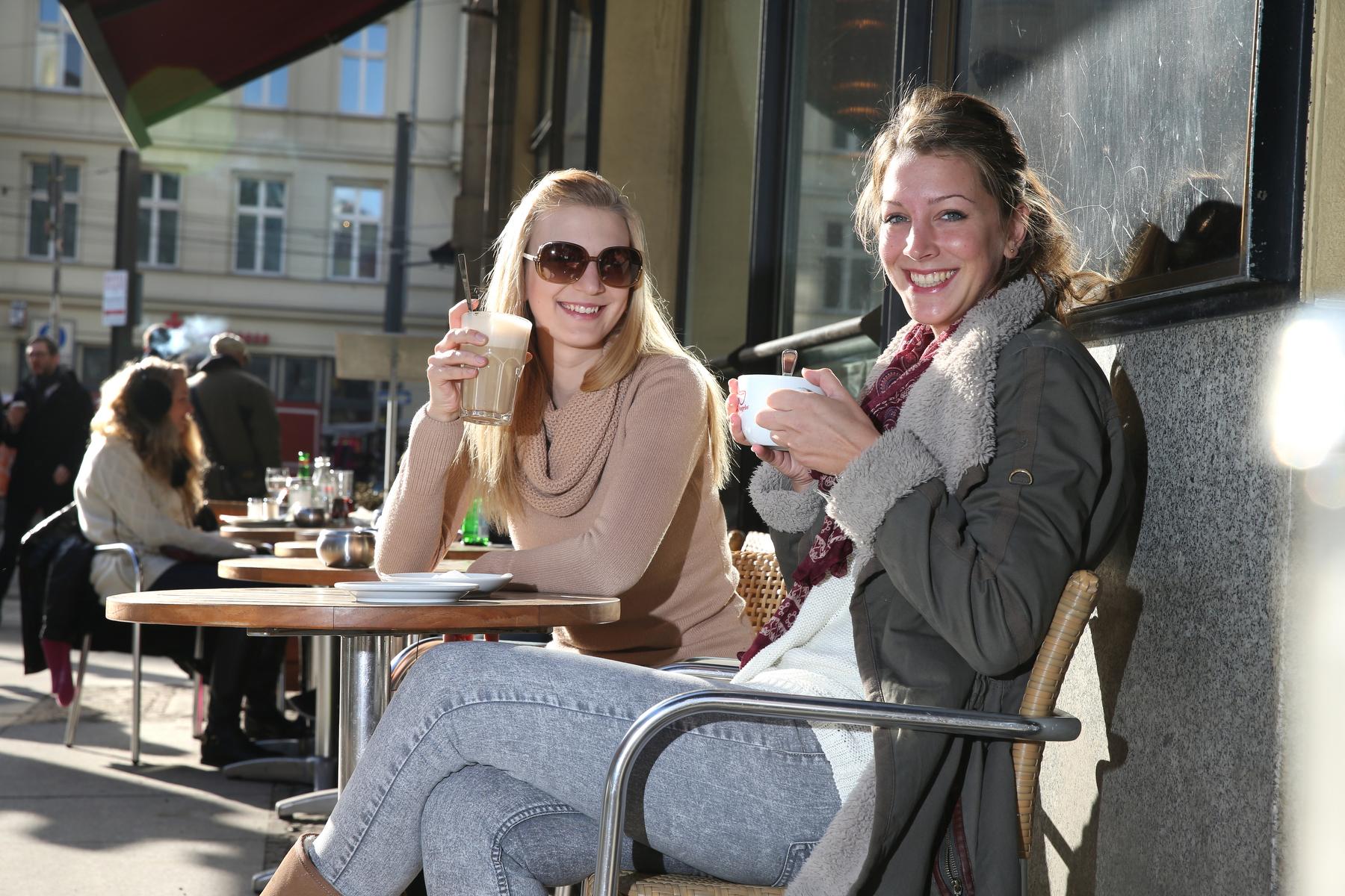 """Anna und Nadine """"Super, Kaffeeklatsch mit meiner Freundin und Sonnenschein"""""""