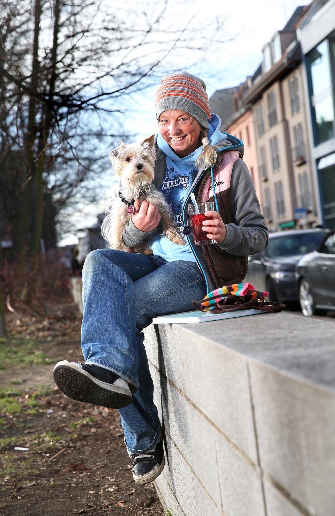 """Ariane B. (39) und Hund Lily  """"Gassi gehen bei diesem Wetter - ein Traum"""""""