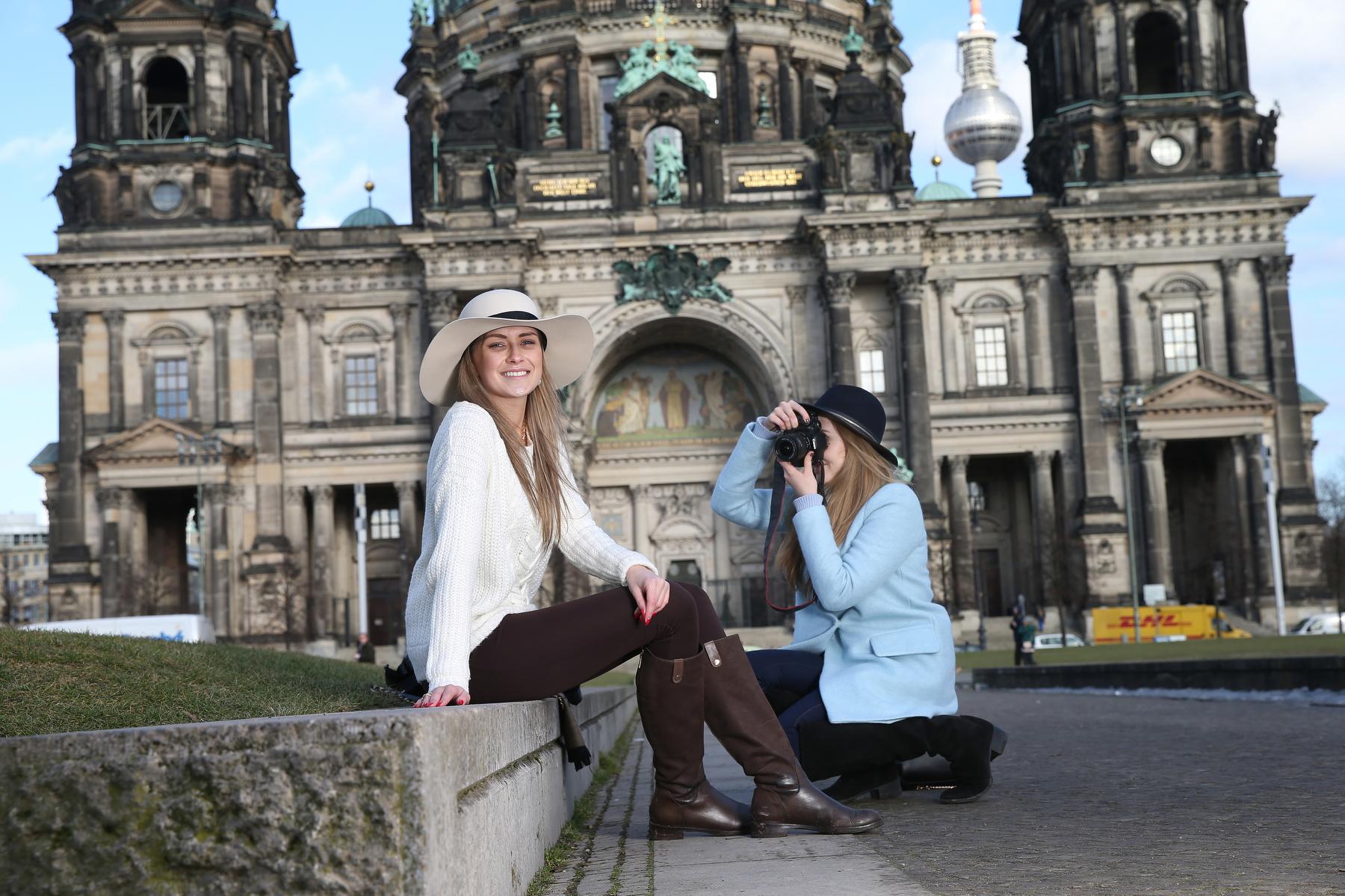 """Lustgarten Ann I. (20) und Alexandra P. (20) """"Wir nutzen die Sonne um tolle Fotos zu machen"""""""