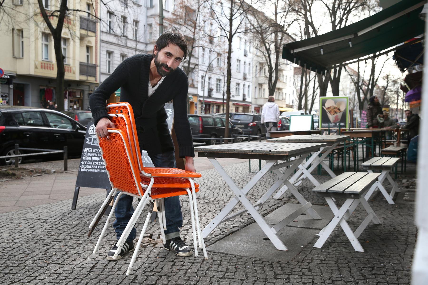 """Serdar T. (39) in der Simon-Dach-Straße """"Ab sofort können unsere Gäste wiedder draußen sitzen"""""""