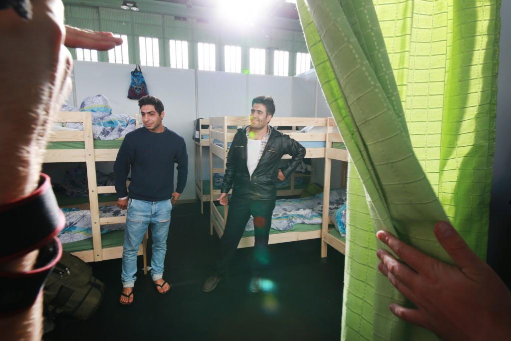 02.11.2015 Berlin Mario Czaja besucht den Flughafen Tempelhof. Hier sind in einer Notunterkunft im Hangar Flüchtlinge untergebracht. Im Foto: vl.: Babak Nazari und Kourosch Shariadi FOTO: FRANK SENFTLEBEN