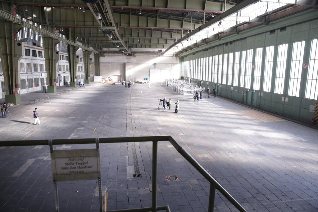 02.11.2015 Berlin Mario Czaja besucht den Flughafen Tempelhof. Hier sind in einer Notunterkunft im Hangar Flüchtlinge untergebracht. FOTO: FRANK SENFTLEBEN
