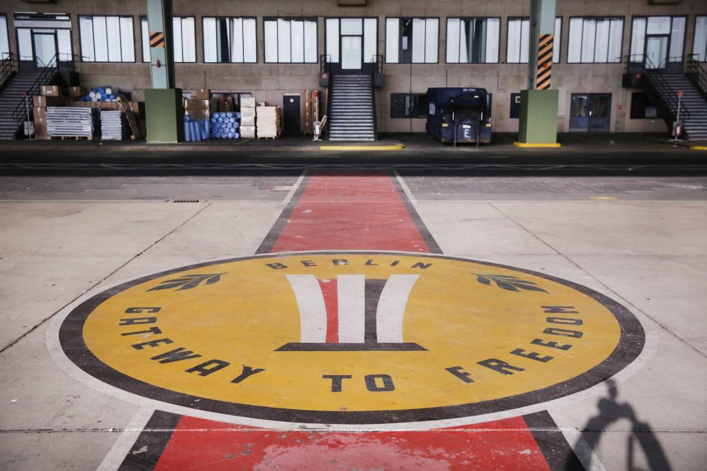 02.11.2015 Berlin Gateway to Freedom Mario Czaja besucht den Flughafen Tempelhof. Hier sind in einer Notunterkunft im Hangar Flüchtlinge untergebracht. FOTO: FRANK SENFTLEBEN
