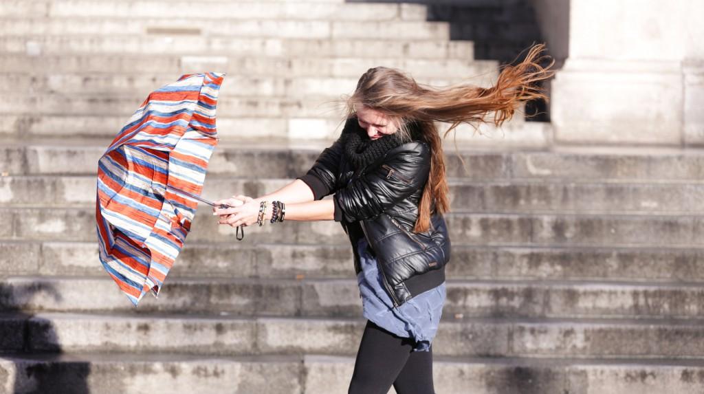 Sidlecka (30), Autorin  aus Berlin Mitte kämpft mit Regenschirm gegen den Wind an. FOTO: FRANK SENFTLEBEN