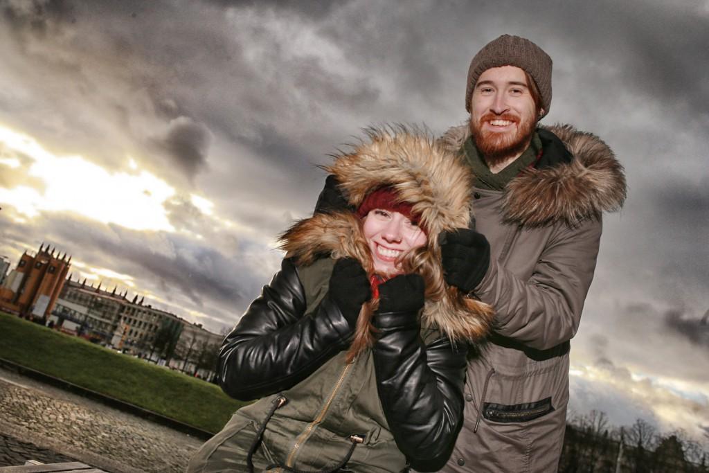 Dylan (23) schützt Amber (20)  vor Wind und Wetter im Lustgarten Berlin  FOTO: FRANK SENFTLEBEN