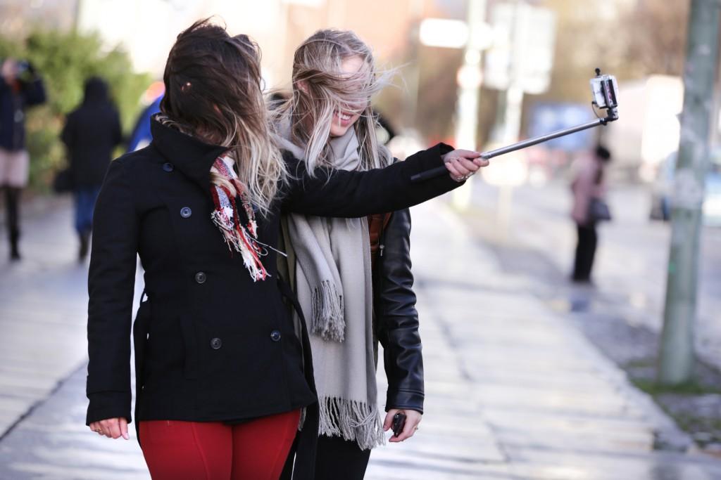 """Bianca (23) und Raíssa (23)  """"Gar nicht so einfach, bei diesem Wetter tolle Selfies zu machen"""" FOTO: FRANK SENFTLEBEN"""
